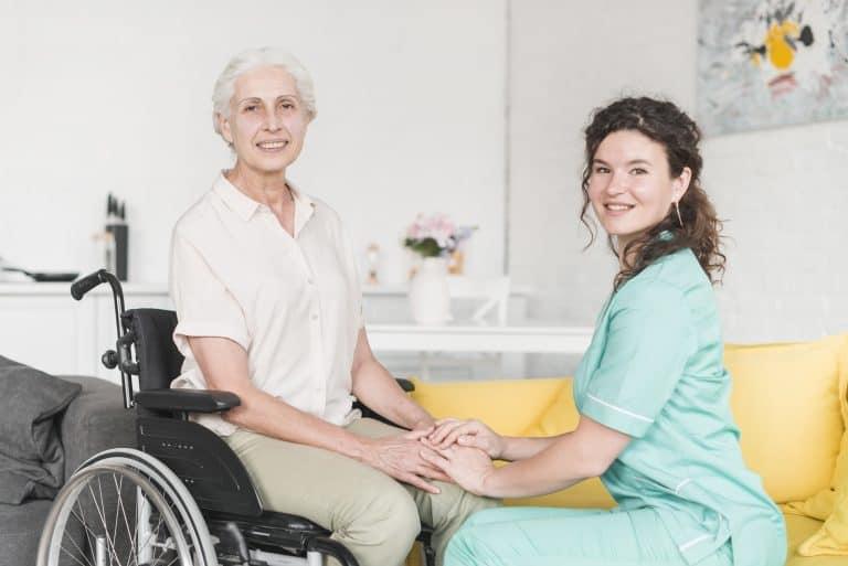 מדריך לבחירת אחות פרטית לקשיש