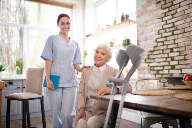 דרושה מטפלת לקשישים